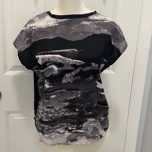 Abstract print silky top black XS flowy